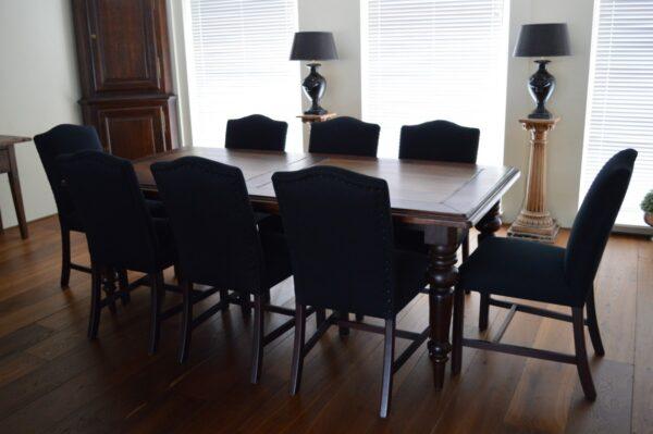 tafel_met_8_stoelen_zwart